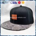 Bonnet en cuir imprimé avec bordure en cuir