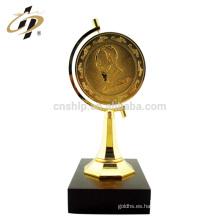 Venta al por mayor personalizar el premio del metal del diseño que gira el trofeo de la taza del recuerdo de la tierra con la base de madera