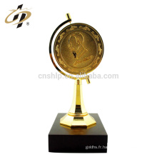 En gros personnaliser design métal prix en tournant la terre coupe trophée trophée avec base en bois