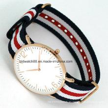 Reloj delgado de la moda del OEM con diseño popular de la venda de reloj de nylon