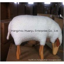Paseo en madera de animales rellenos de oveja