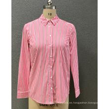 camisa de rayas rojas de la mujer