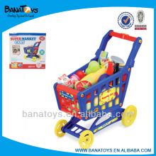 Carrinho de compras de supermercado com brinquedos diferentes