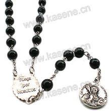 Collar negro de la cruz de los granos del rosario con los pedazos de centro