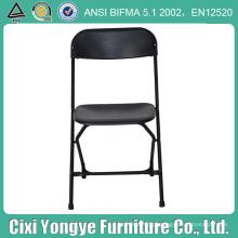 Cadeira dobrável de metal preto com assento de plástico