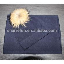 Bonnet et écharpe en cachemire uni de couleur marine avec fourrure de raton laveur pom pom