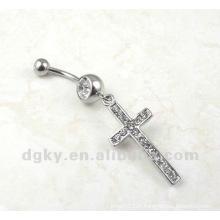 Dangle des anneaux de nombril croisés dans le perçage de bijoux