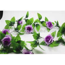 Hermosa corona de rosas artificiales en diferentes colores para la decoración de la boda