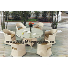 Кресло и столик с садовой мебелью