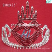Los labios rojos hermosos y encantadores corona, tiara de la princesa de los cabritos