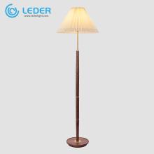 Lámpara de pie decorativa alta de madera LEDER