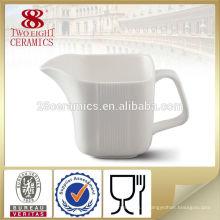 Assortiment de vaisselle en porcelaine fine, sucre et crémier