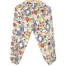 Mode-Kinder-Hosen im Klimakabinett zu tragen