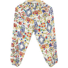 Pantalones de moda para niños en la sala de aire acondicionado