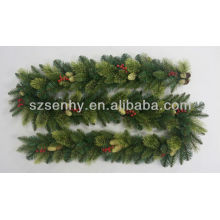 Navidad hecho a mano de la guirnalda del pino artificial