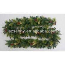 Natal feito à mão na guirlanda de pinheiro artificial