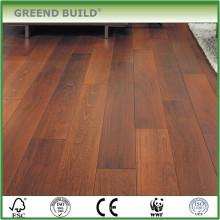 Uma variedade de pavimentos de madeira usados para venda