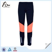 As mulheres dos produtos da aptidão da etiqueta confidencial levantam leggings feitos sob encomenda da aptidão