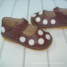 Brown com as sapatilhas do às bolinhas