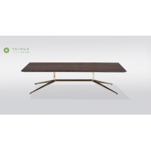 Table basse avec structure en métal et plateau en bois massif