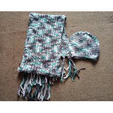 Bufanda y sombrero metálicos hechos punto del hilado de las señoras