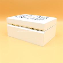 Белая деревянная резная шкатулка
