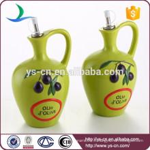 Bouteille d'huile en céramique verte avec le manche