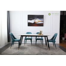 Sala de jantar com tampo de mármore e armação de metal