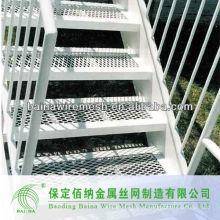 Grandes escaleras de malla expandida