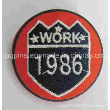 Insigne adapté aux besoins du client d'insigne de bidon de broderie dans le prix usine (badge badge-69)