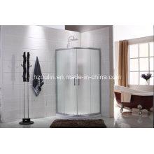 Простая душевая комната с дизайном стекла из ткани