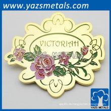kundengebundene rosafarbene Blume geformtes hochwertiges goldenes Abzeichen