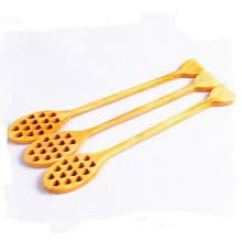 forma de corazón mezclando cuchara de miel de madera