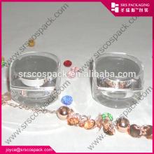 Pots transparents avec un tampon à lèvres cosmétique