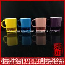 Taza de café de cerámica con el soporte de la galleta, el café y la taza de la galleta