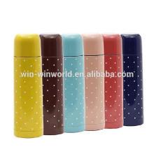 Garrafa de água térmica bebendo portátil isolada colorida da parede dobro para o frio