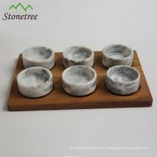 Accesorios de cocina de piedra de mármol natural con bases de madera.