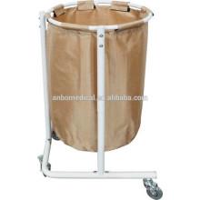 Carro para sostener la bolsa para la recogida y transporte de ropa sucia a través de una instalación hospitalaria