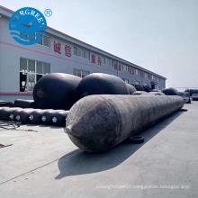 Lançamento do uso do navio que levanta o balão de borracha marinho da bolsa a ar