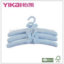 Set aus 3 Stück weichem Fuzzgewebe gepolsterter Kleiderbügel