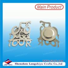 Emblema feito sob encomenda de prata do metal da forma do logotipo com Pin do ímã