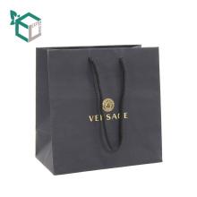 Bolsas de compras impresas negro de alta calidad del papel de arte impreso FSC laminado de seda con la manija de la secuencia