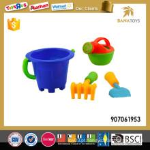 Criança, brinquedo, praia, balde, pá
