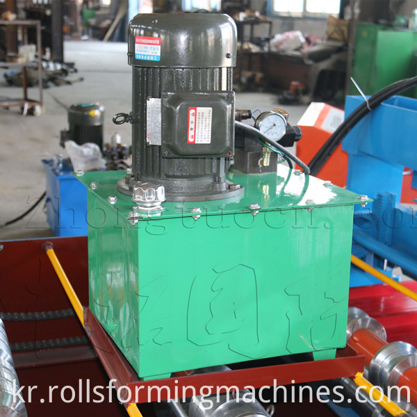 Roof panel roll forming machine (11)