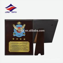 Design de logotipo interessante placa de concessão de madeira com ganchos