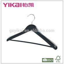 Colgante de madera ancha negra mate de la capa del hombro con la barra redonda y el tubo antideslizante