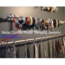 Barre à rideaux en métal dans la chambre dans l'appartement pour bijoux suspendus