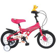 Crianças de bicicleta com roda de formação