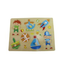 Hölzerner Junge spielt Puzzle Spielzeug für Kinder und Kinder