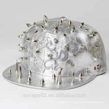 Tampão de snapback de prata brilhante com pregos horríveis e cabeças de pregos
